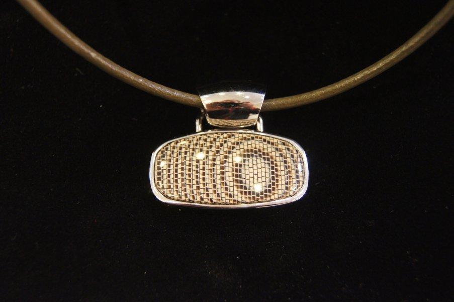 Collier acétate métal oval python