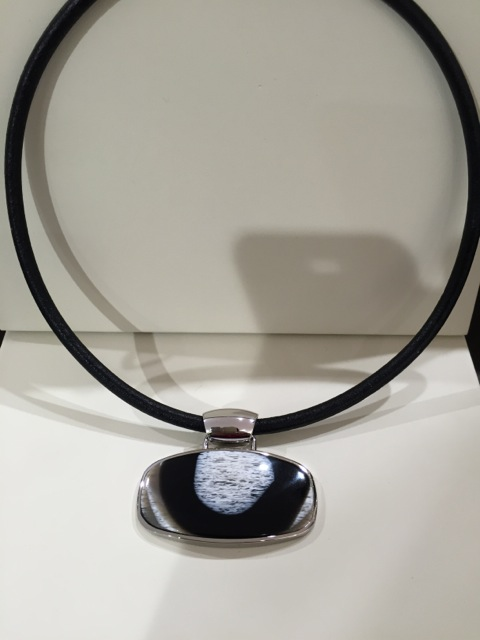 Collier oval avec métal corne